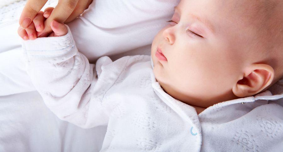 Перевіряючи вночі малюка в ліжечку, батьки помітили, що з його руками відбувається щось дивне
