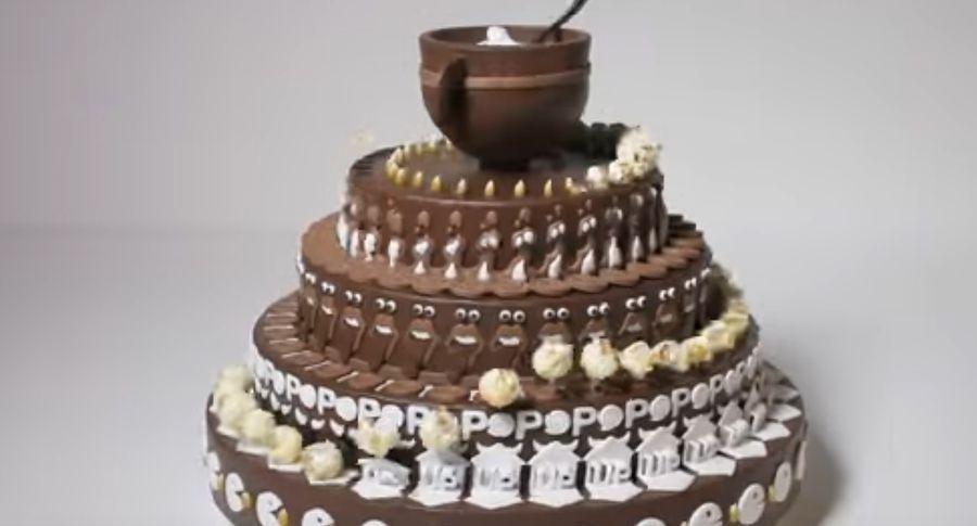На вигляд це звичайний шоколадний торт. Але ви почніть його обертати - він оживе!