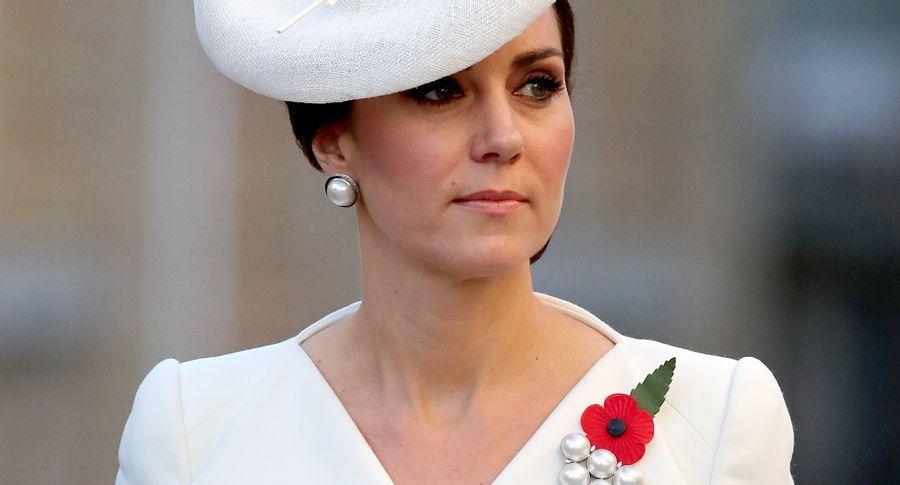 Шикарна і ощадлива кейт міддлтон: герцогиня одягла біле пальто, в якому вже з`являлася двічі